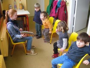 Quelle histoire ! Elle semble si passionnante qu'ils se lèvent de leur chaises !