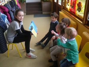 Les yeux rivés sur le livre présenté par Charlotte.